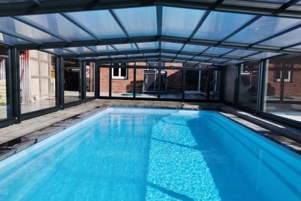 Abri de piscine mi haut télescopique avec les parties latérales en verre feuilleté - Abrifab Sokool